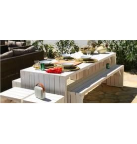 Mesa de madera grande con bancos